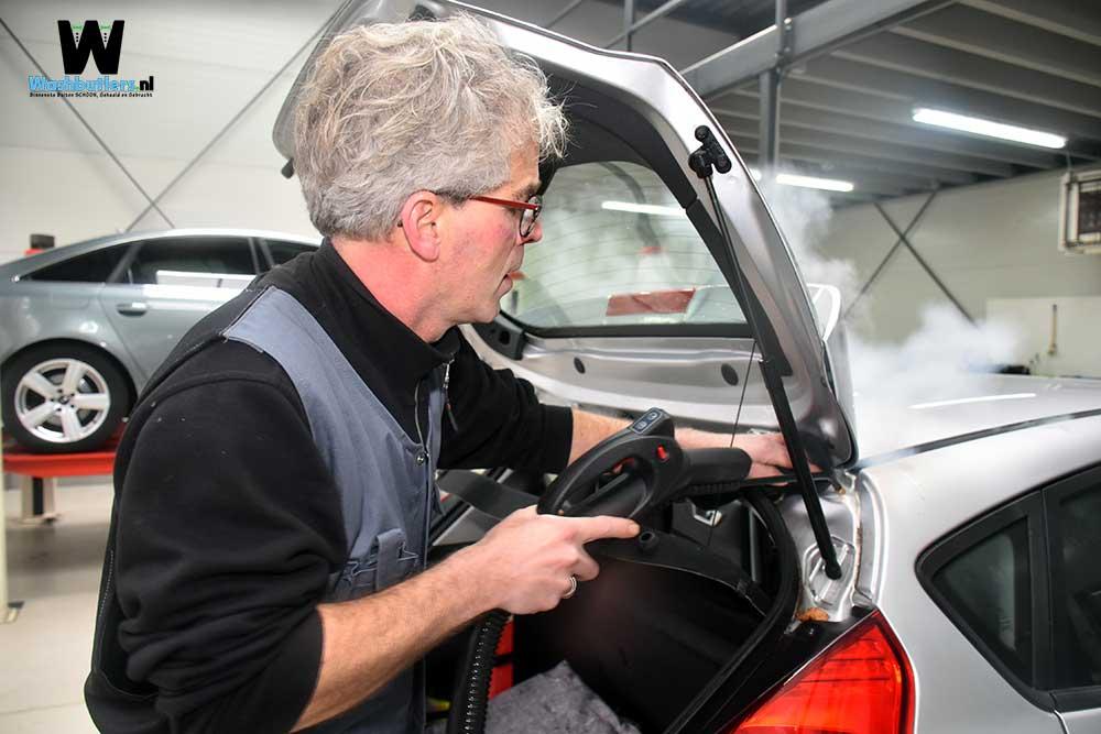 Washbutlers-Ford-Fiësta-reinigen-achterklep-sponning